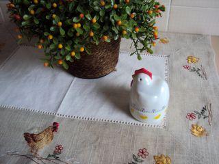 Galinha-timer em cima da toalha portuguesa